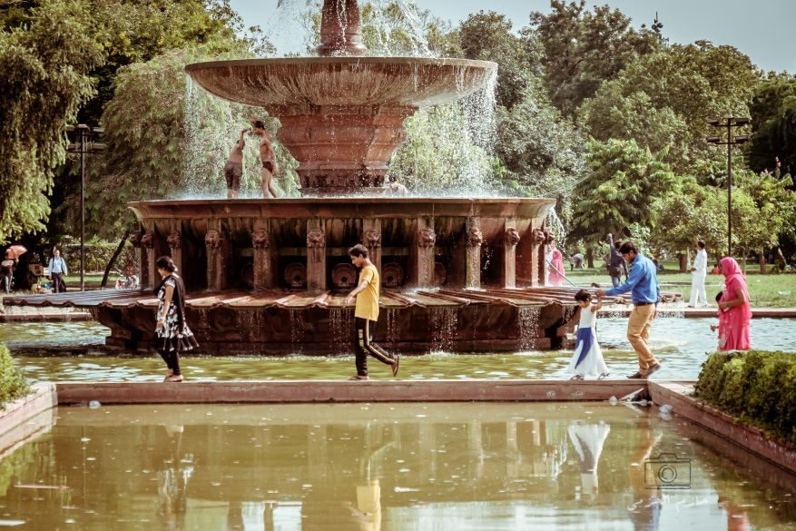 People enjoying the water fountain near India gate